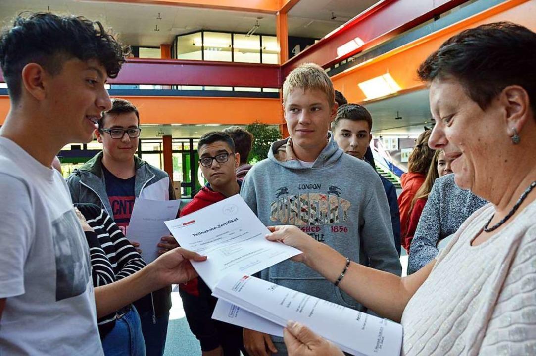 Alexandra Marneth verteilte die Finanzpässe an die erfolgreichen Realschüler.  | Foto: Gerhard Lück