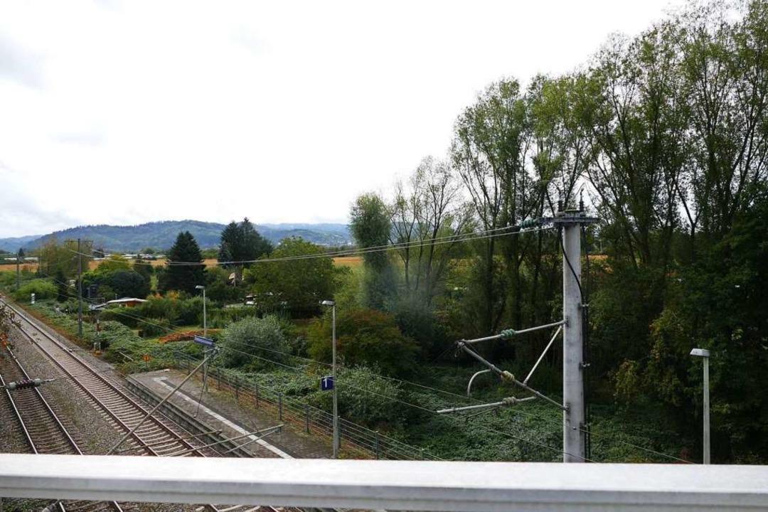 Blick von der Brücke über die Schwarzwaldbahn auf das künftige Stadiongelände.  | Foto: Ralf Burgmaier