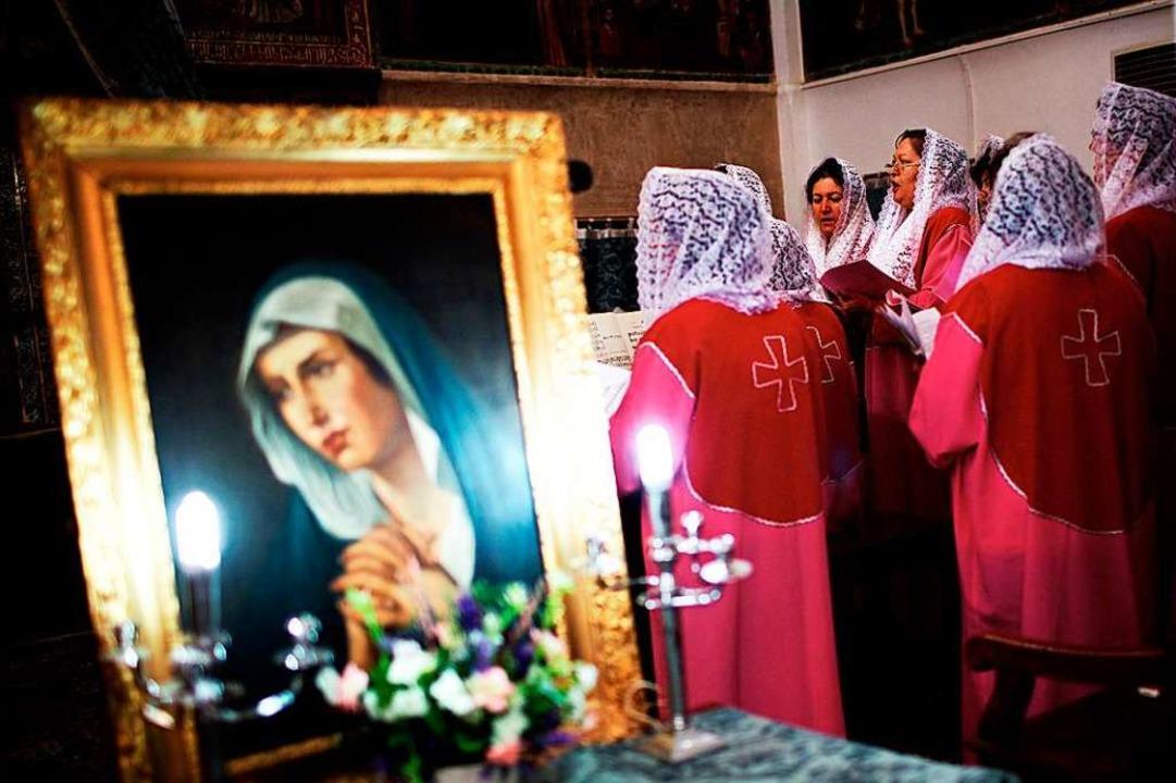 Ein armenisch-christlicher Chor singt ...rtiert, muss mit Repressalien rechnen.  | Foto: BEHROUZ MEHRI