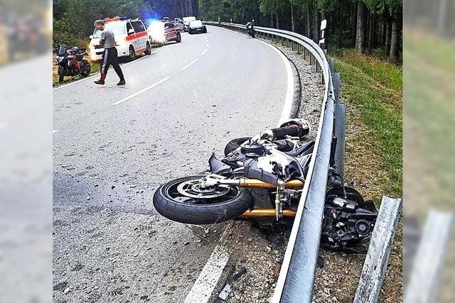 Motorradfahrer stürzen schwer
