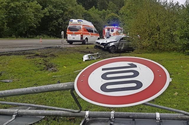Auto prallt gegen Verkehrsschilder