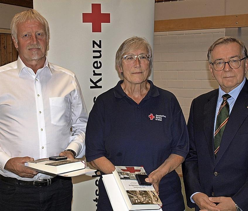 Kreisvorsitzende Günter Boll (rechts) ...toph Thoma mit einer Silbermünze aus.   | Foto: Paul Schleer