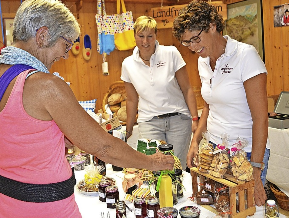 Alles selbstgemacht: Die Landfrauen au...Spezialitäten auf dem Bauernmarkt an.   | Foto: Paul Berger