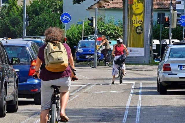 Linienbus streift Radlerin in der Merzhauser Straße