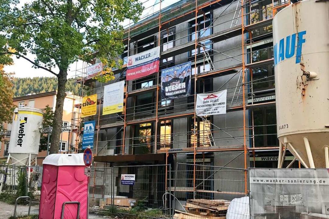 Auf dem Areal lässt der Caritasverband derzeit mehrere Wohngebäude erstellen.  | Foto: Fritz Steger