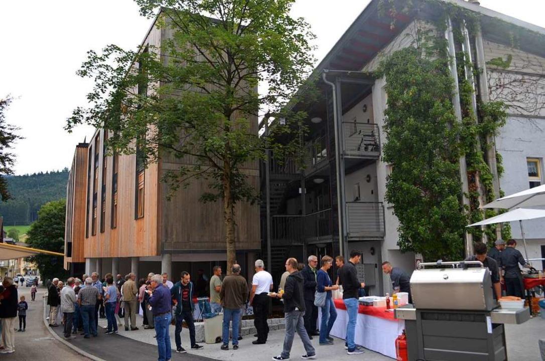 Das neue Hotel an seiner Schmalseite -...esucher kamen zum Tag der offenen Tür.  | Foto: Nikolaus Bayer