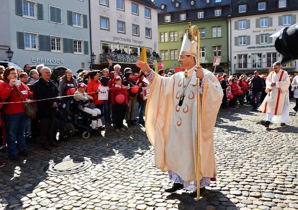 Erzbischof Stephan Burger bei einer Demonstration vor dem Münster im Mai  | Foto: Rita Eggstein
