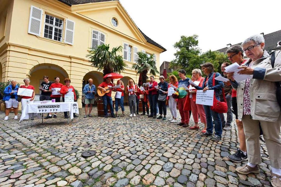 Eine Mahnwache an der Alten Wache in Freiburg  | Foto: Rita Eggstein