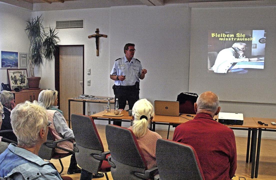 Polizist Jürgen Spill spricht in Dachsberg über Tricks und Betrügereien.   | Foto: Karin Stöckl-Steinebrunner