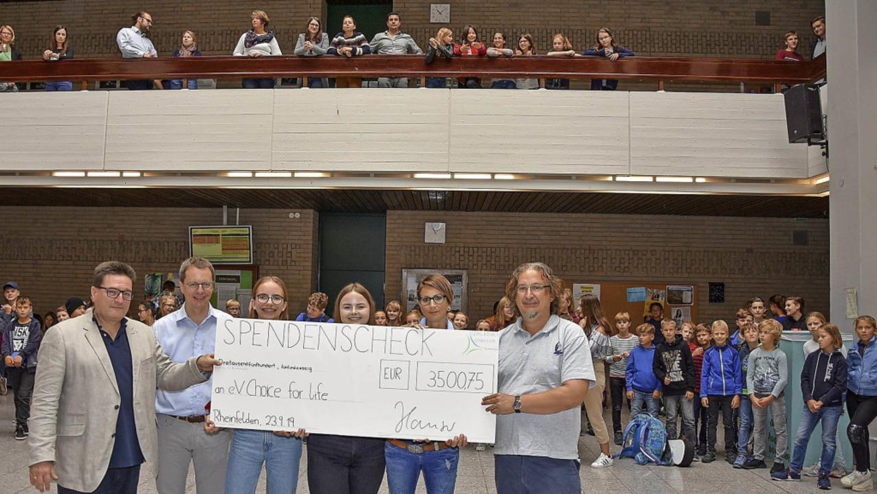 Bei der Spendenübergabe (von links):  ...auch vom Verein Fair Aid  Rheinfelden.  | Foto: Heinz und Monika Vollmar