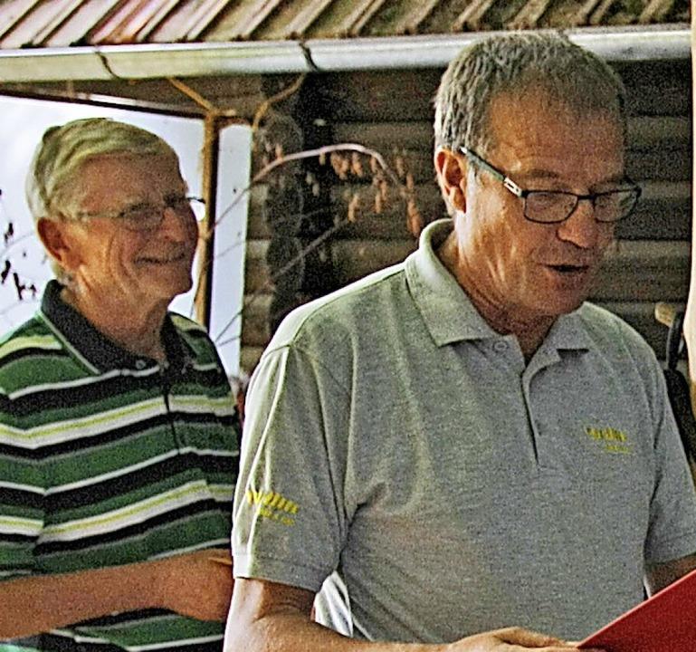Klaus Eberhardt (rechts) ehrt Claus Krause (links).   | Foto: SPD-Ortsvereins Karsau