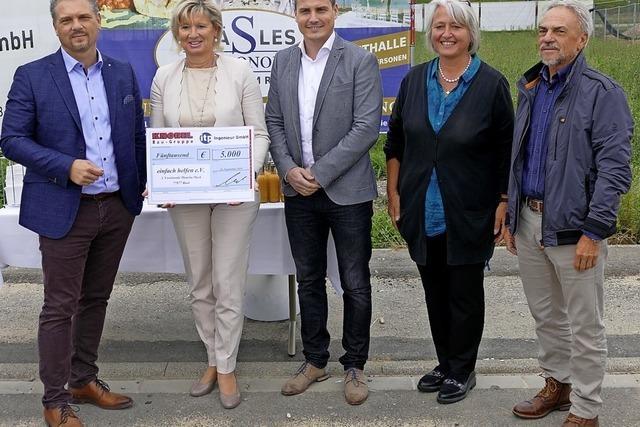 """In Bad Krozingen wurde mit Bauzäunen Spenden für """"Einfach helfen"""" gesammlt"""