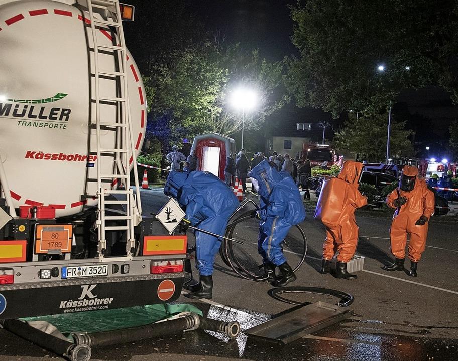 Einsatzkräfte  versuchen das Leck abzudichten.  | Foto: Volker Münch