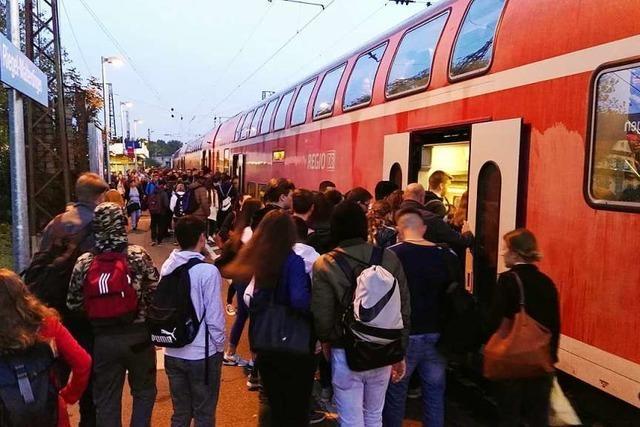 Pendler bleiben am Bahnhof zurück, weil fast der halbe Zug fehlt