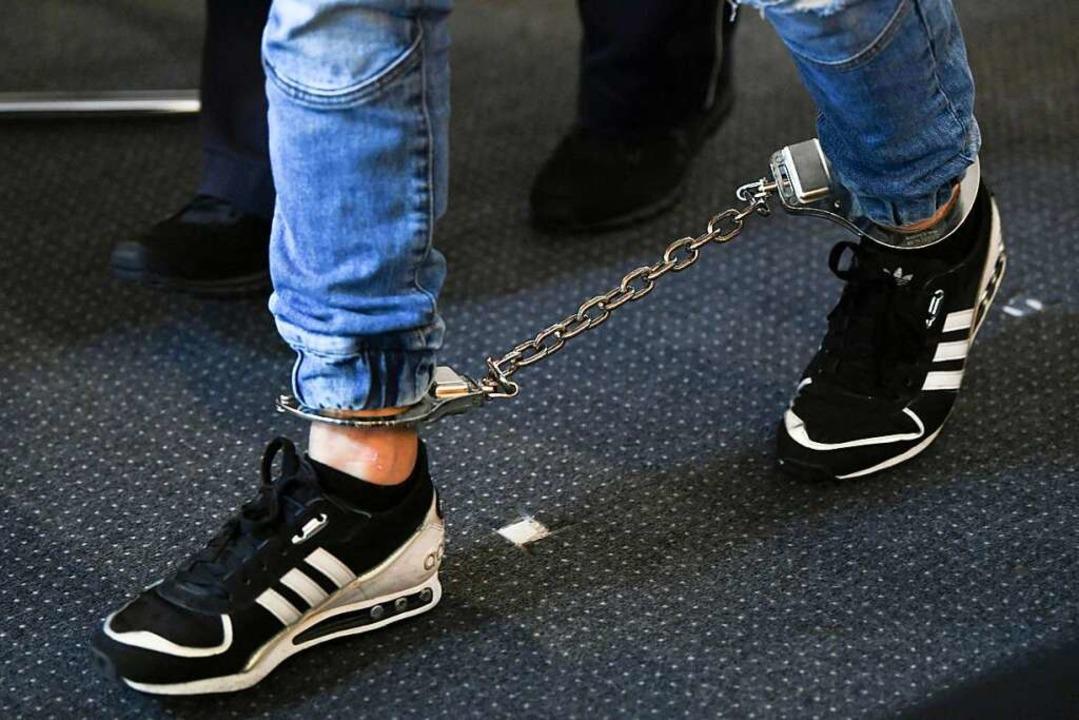 Mit Fußfesseln werden die Angeklagten ...den sie heute abgenommen (Archivbild).  | Foto: Patrick Seeger (dpa)