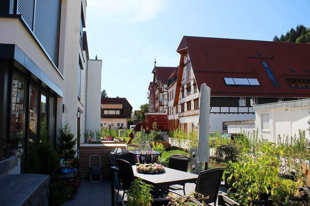Der alte Gutshof in Gutach (rechts) wu...gt sich sehr harmonisch nebeneinander.  | Foto: Karin Heiß