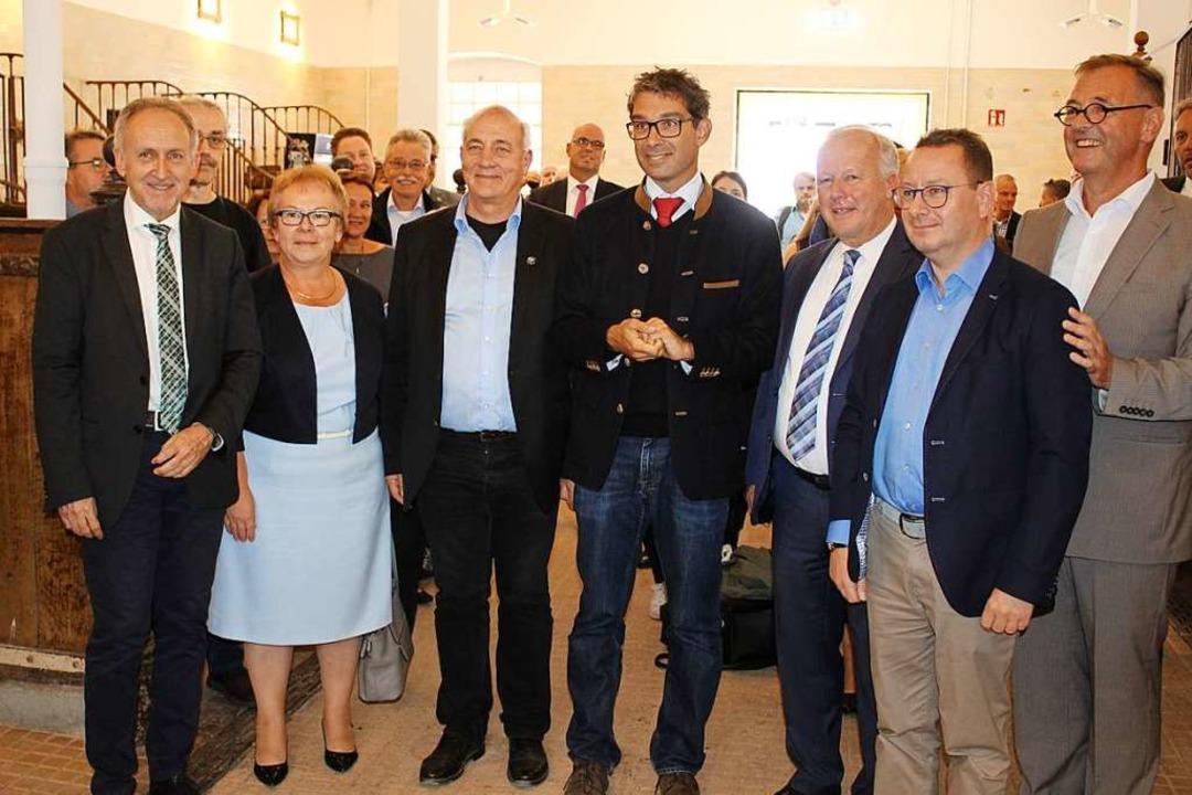 Etliche Bürgermeister aus der Region u...ssekretärs Andre Baumann (vorn Mitte).  | Foto: Karin Heiß