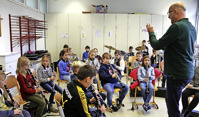 Michiel Oldenkamp beim Unterricht in der Bläserklasse.   | Foto: Ruth Seitz