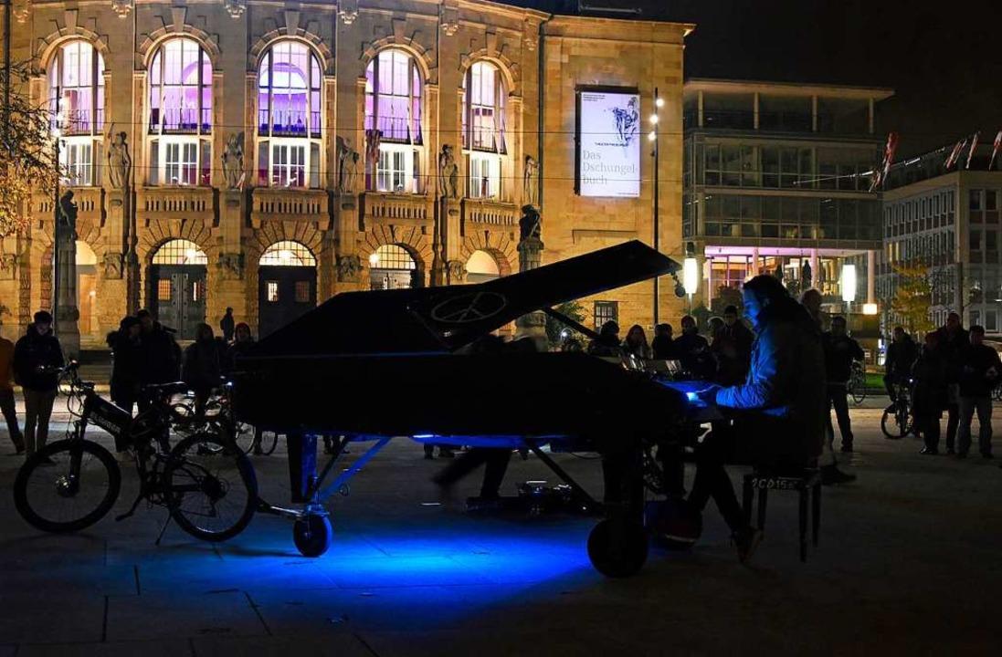 Ein Klavierspieler auf dem Platz der Alten Synagoge.  | Foto: Michael Bamberger