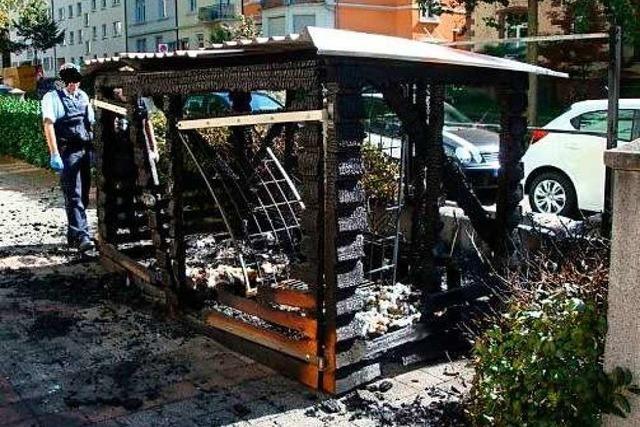 Mülleimer-Stellplatz abgebrannt: Polizei geht von Brandstiftung aus und sucht Zeugen