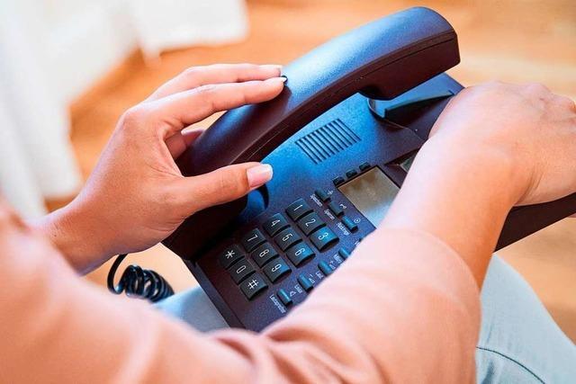Frau verlangt am Telefon: