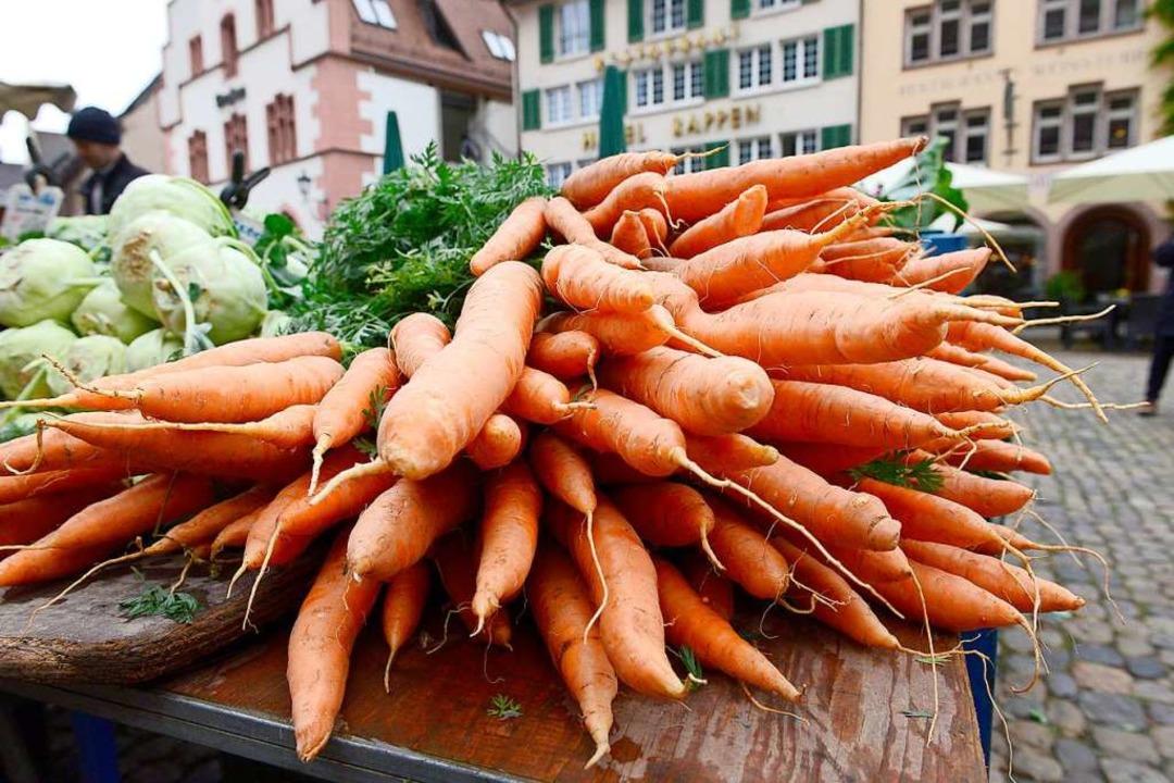 Noch kann man auf dem Münstermarkt Ware direkt vom Erzeuger kaufen.  | Foto: Ingo Schneider