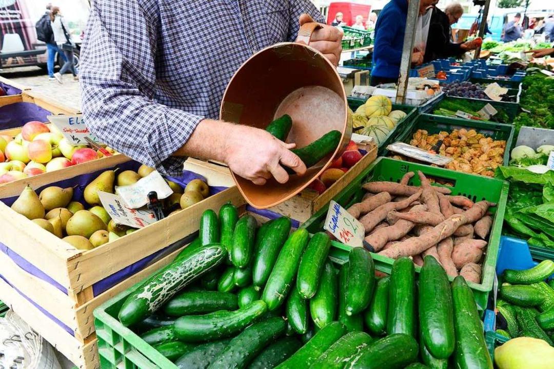 Die Landwirte beraten ihre Kunden gerne auch beim Verkauf.  | Foto: Ingo Schneider