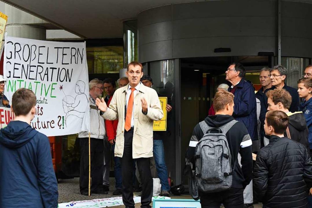 OB Jörg Lutz stellte sich Demonstranten einer Klimamahnwache vor dem Rathaus.  | Foto: Jonas Hirt