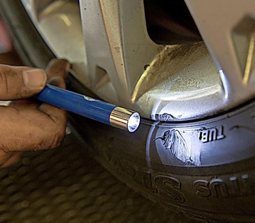 Schäden am Reifen sollte man untersuchen lassen.  | Foto: Inga Kjer (dpa)