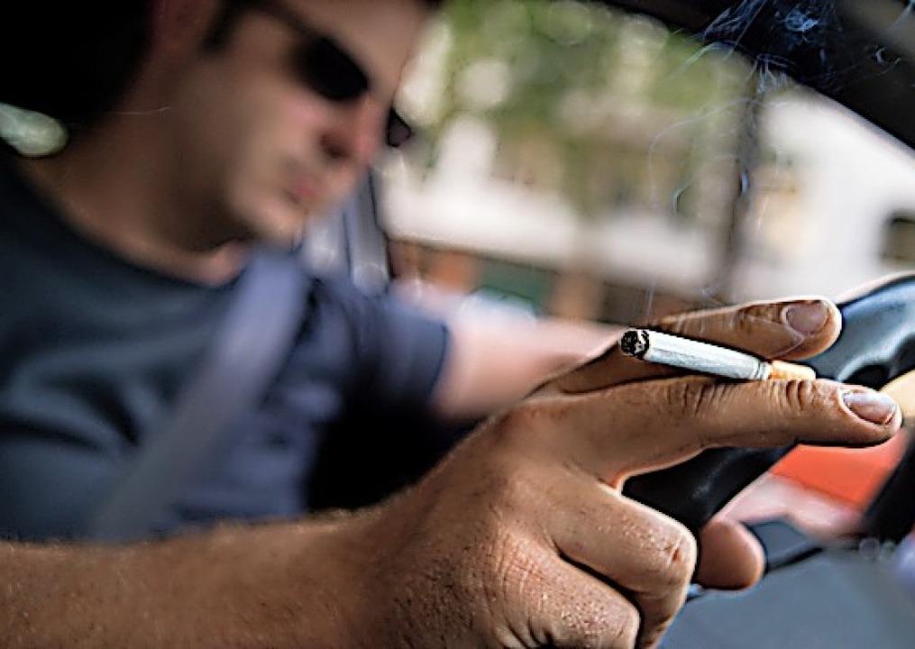 Rauchen im Auto kann den Fahrer ablenken.  | Foto: Franziska Gabbert (dpa)