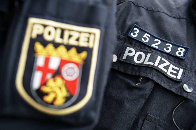 Das Namensschild auf der Uniform von Polizisten darf bleiben