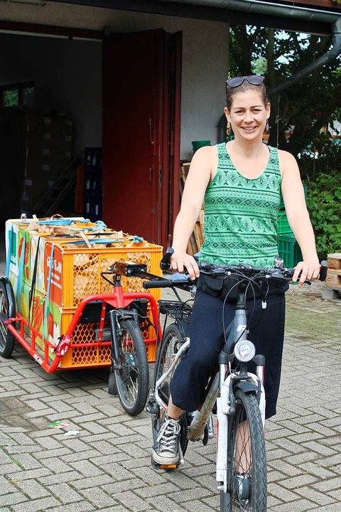 Julia Dirschauer bringt die Gemüsekisten mit dem Fahrrad zu den Kunden.  | Foto: Annika Sindlinger