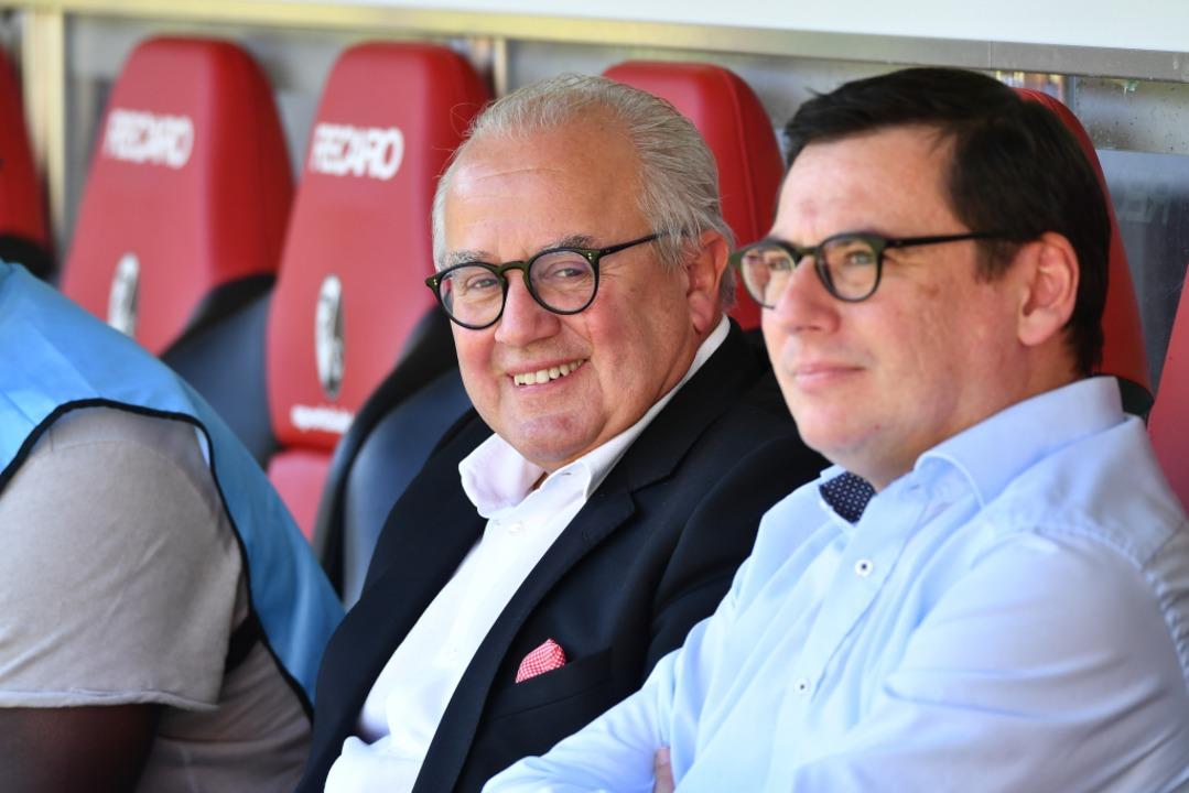 Fritz Keller mit Oliver Leki im Schwar...i seinem Abschiedsspiel gegen Augsburg  | Foto: Achim Keller