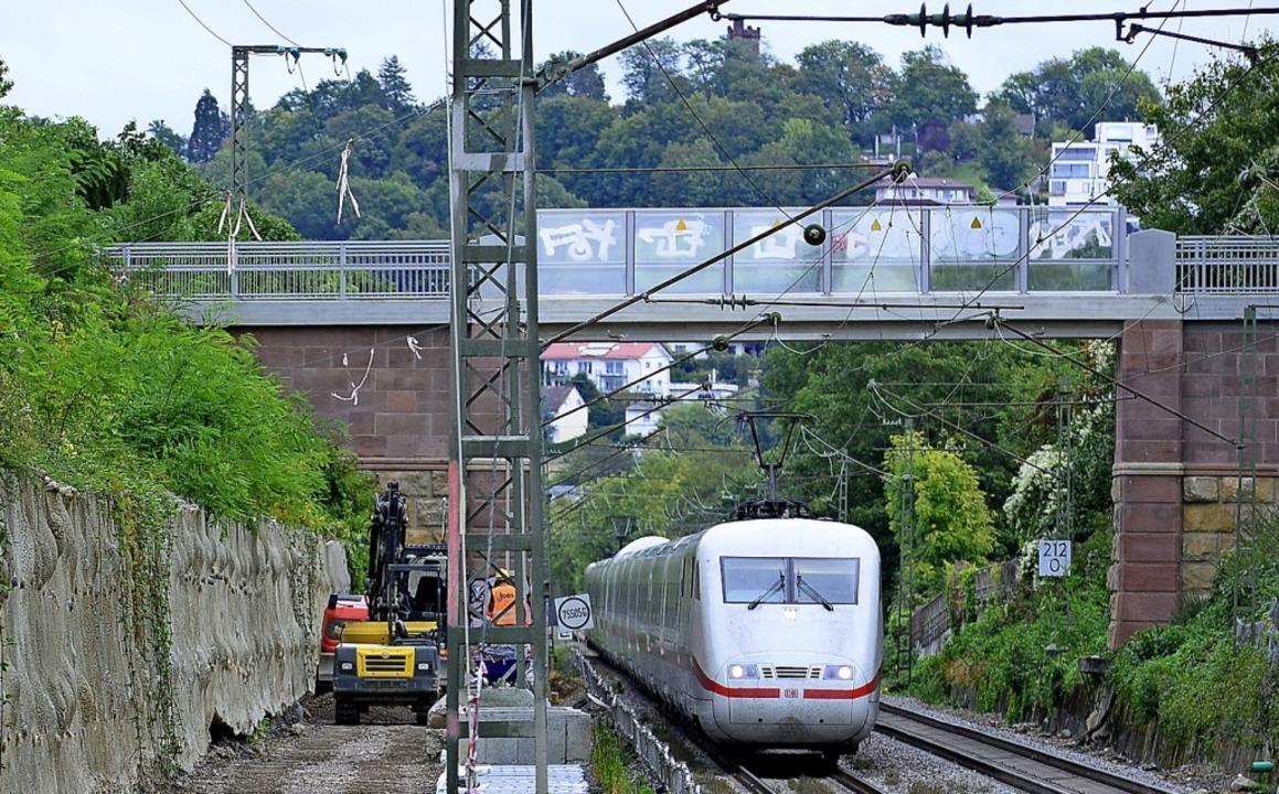Gearbeitet wird in unmittelbarer Nähe ...verkehrs auf der Rheintalbahn-Strecke.    Foto: Ingo Schneider