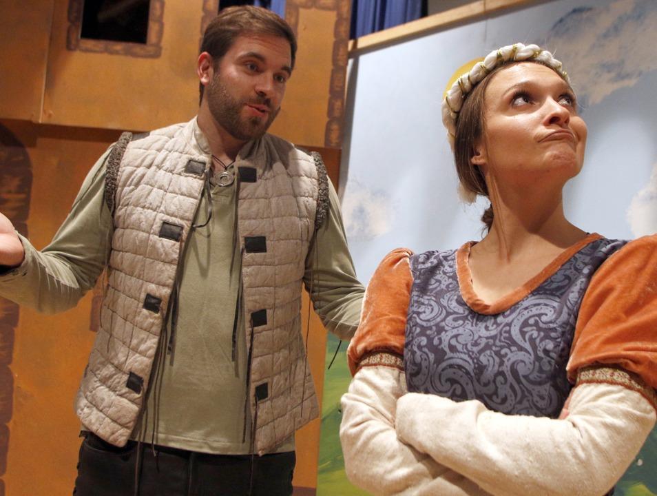 Maid Marian ziert sich noch etwas vor Robin Hood.   | Foto: Heidi Fößel