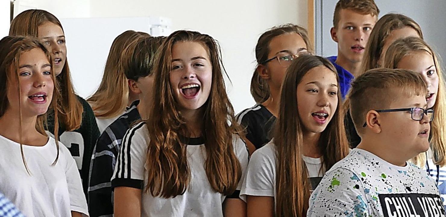 Mit  musikalischen Beiträgen begrüßten... neuen Rektor. Im Bild der Schulchor.   | Foto: Juliane Kühnemund