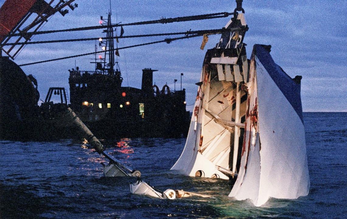 Wrackteile des estnischen Schiffes  we...vor der finnischen Insel Utö geborgen.  | Foto: Jakko Avikainen (dpa)
