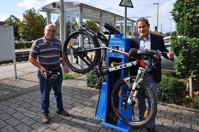 Die Fahrrad-Reparatursäule hat auch für Kinderwagen Luft