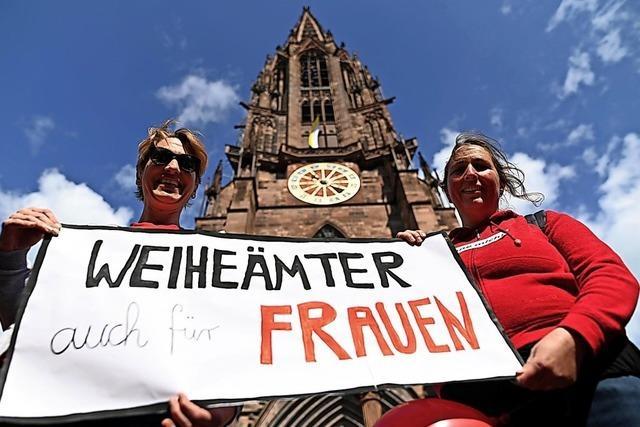 Protest in roten Oberteilen