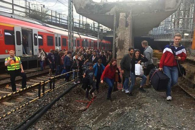 Defekter Zug im Tunnel stoppt Bahnverkehr – Passagiere auf Gleisen