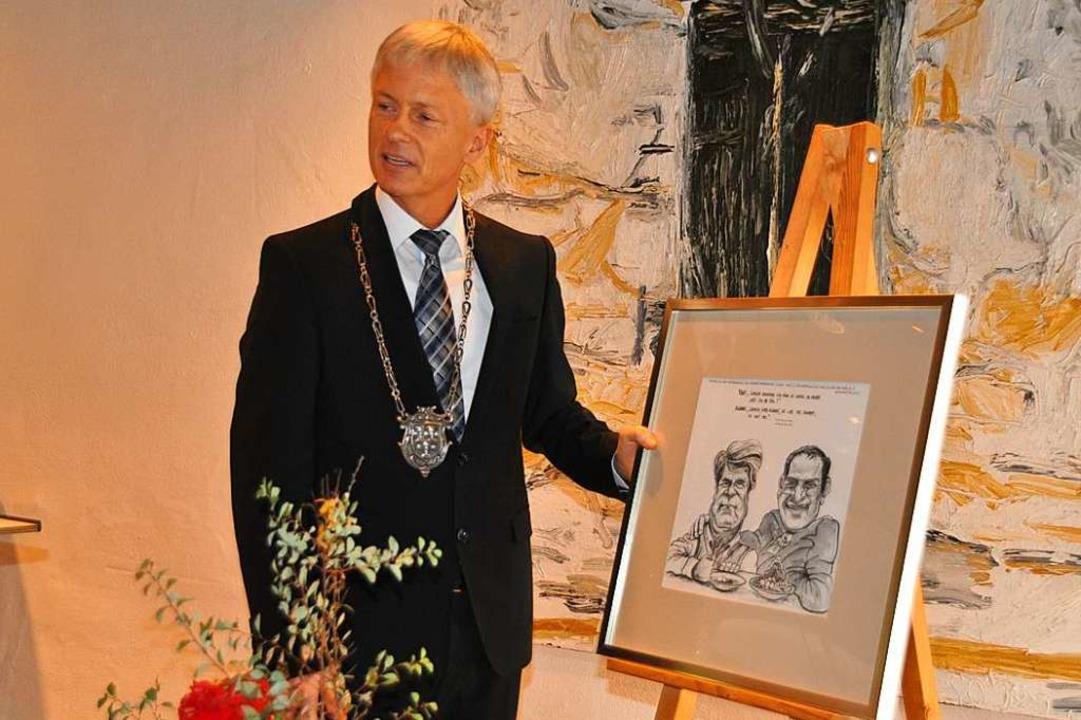 Bürgermeister Benitz mit der Kohl-Karikatur  | Foto: Rainer Ruther
