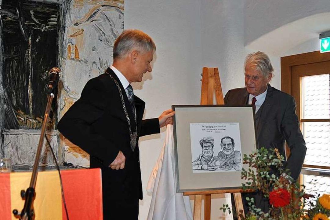Die Stadt überreichte eine Karikatur von Bert Kohl als Geschenk an den Jubilar.  | Foto: Rainer Ruther