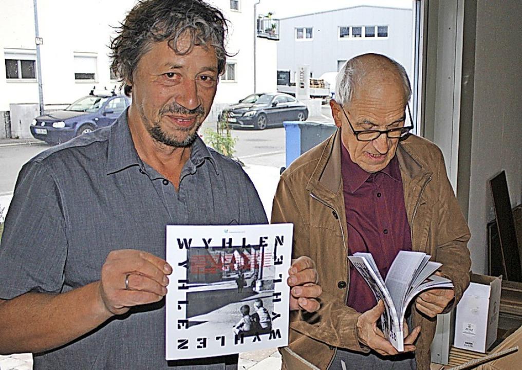 Das ist das Ding: Peter Weber (links) ...öffnen die erste Kiste mit den Heften.  | Foto: Rolf Reißmann