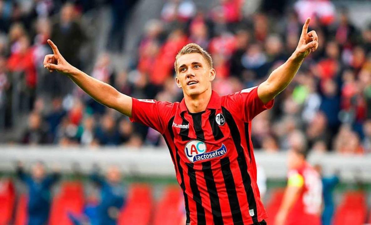 Nils Petersen freut sich über den Sieg in Düsseldorf.  | Foto: INA FASSBENDER (AFP)
