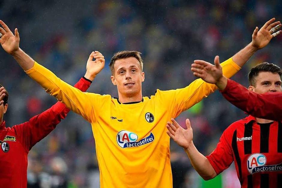 Klatschen mit den Fans: Alexander Schwolow freut sich mit seinen Teamkollegen über den 2:1-Auswärtssieg. (Foto: INA FASSBENDER (AFP))
