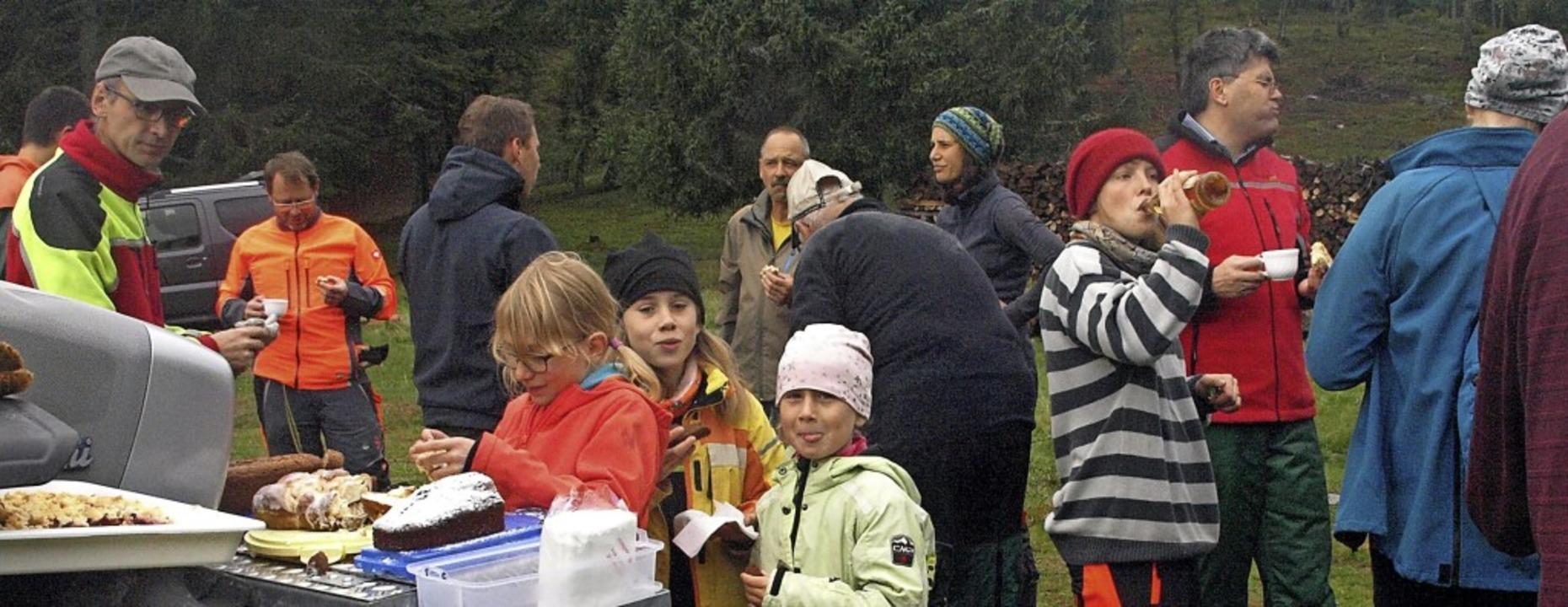 Lohn für die geleistete Arbeit: Die Fe...anisierte für die Helfer einen Imbiss.    Foto: Karin Stöckl-Steinebrunner