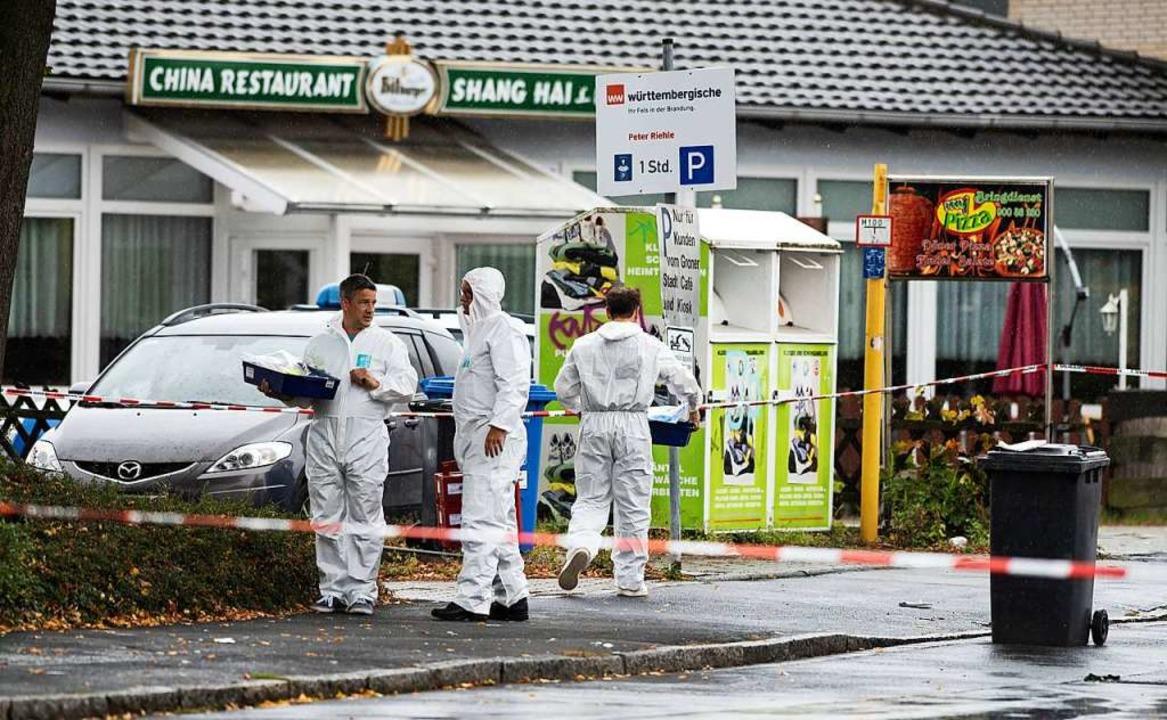Ermittler am Tatort  | Foto: Swen Pförtner (dpa)