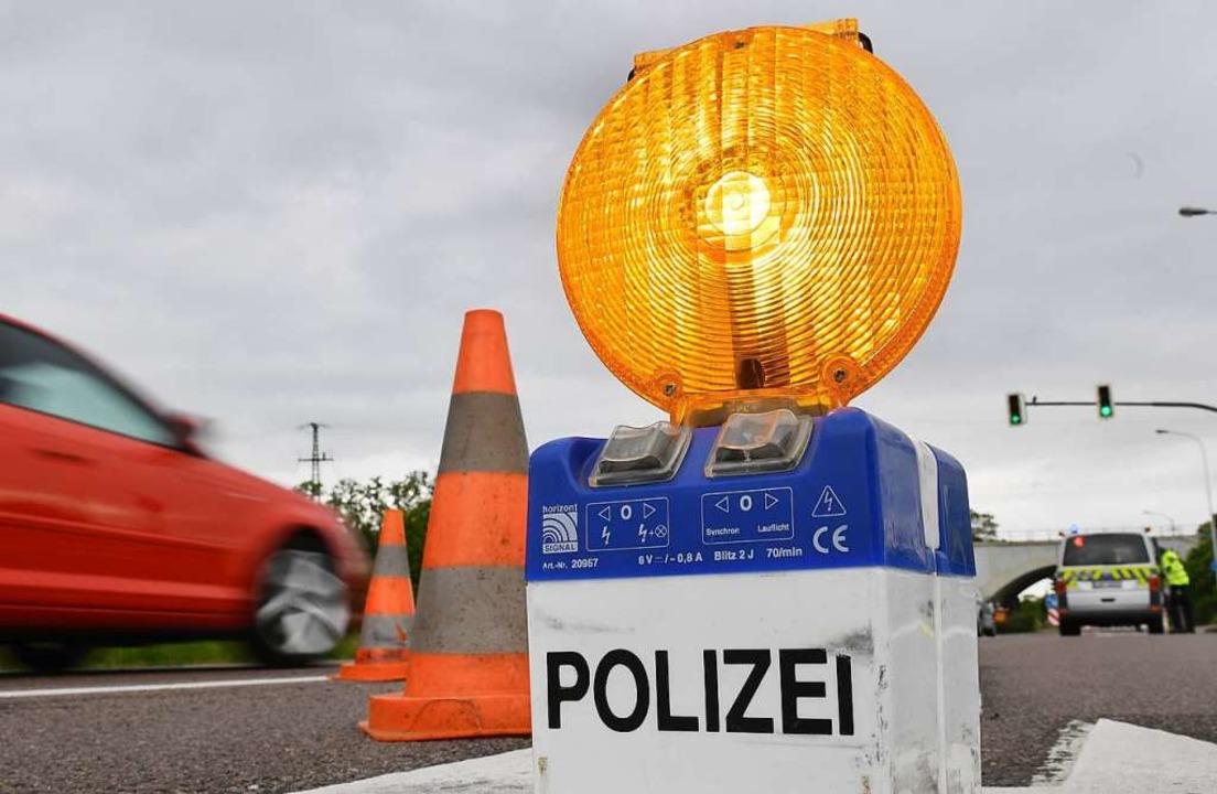 Die Straße bei Kittersburg war zeitweise voll gesperrt. (Symbolbild)  | Foto: Hendrik Schmidt (dpa)