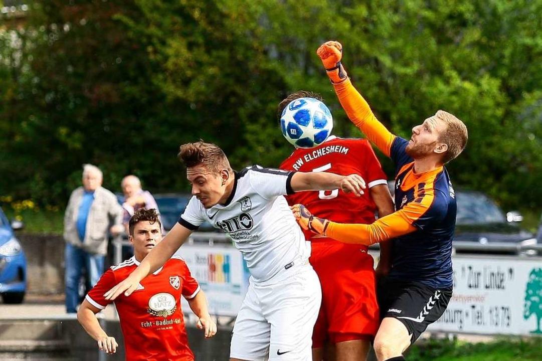 FSV-Spieler Jonas Mösch (weißes Trikot... in der Elchesheimer Defensive hängen.    Foto: Peter Aukthun-Goermer