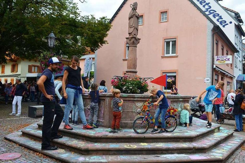 Kinder durften mit bunter Kreide den Nikolausbrunnen bemalen. (Foto: Nikolaus Bayer)